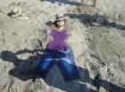 Einen halben Tag genossen wir am Strand von Ostia bei hohen Wellen und beim Sandspielen ...