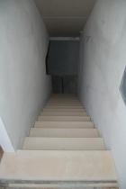 Der neue Stiegenaufgang mit den hellen Sandsteinplatten