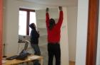Die neuen Möbel der Pfarrkanlei werden aufgebaut - Februar 2012