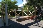 ..... während hinter dem Pfarrhof der Carport aufgestellt wird .....